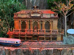 A model trian drives past a replical of New York City's Grand Central Terminal made out of plant material. (Photo: U.S. Botanic Garden)