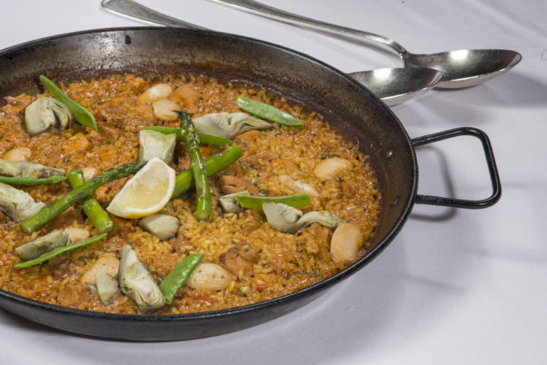 A pan of vegetarian paella with green beans and lemon. (Photo: Taberna del Alabardero)