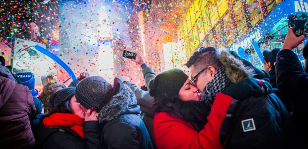 Coupes kissing at midnight in New York's Times Square. (Photo: Getty Images)