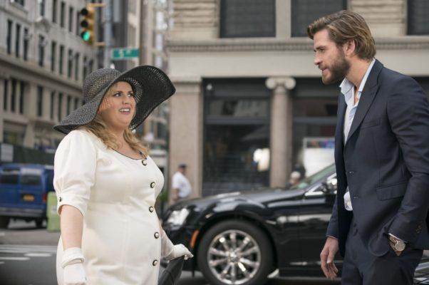 "Natalie (Rebel Wilson) and Blake (Liam Hemsworth) meet on the street in ""Isn't It Romantic."" (Photo: Warner Bros. Pictures)"