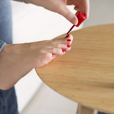 A woman painting her toenails red. (Photo: LUM3N/Pixabay)