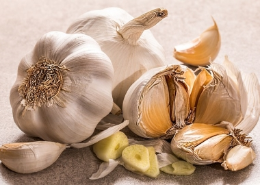 Several buches and cloves of garlic. (Photo: Steve Buissinne/Pixabay)
