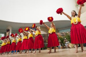 Lau dancers dressed in yellow and red. (Photo: Claudia Lima)