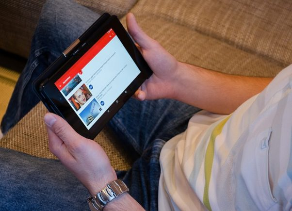 A man looking at YouTube on a tablet. (Photo: USA-Reiseblogger/Pixabay)