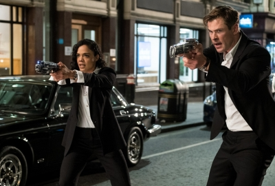 Em (Tessa Thompson) and H (Chris Hemsworth) pull their weapons. (Photo: Sony Pictures)