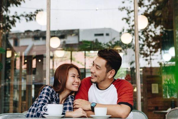 Asian couple having coffee. (Photo: Rawpixel)