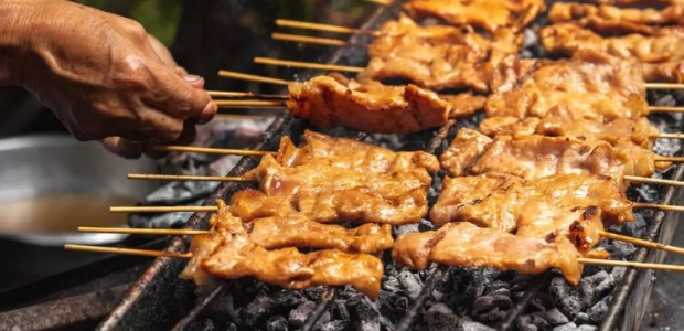 Beef and chicken skewers on a coal grill. (Photo: Shutterstock)