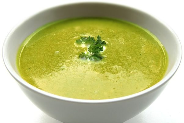 White bowl filled with green soup topped with parsley. (Photo: Security/Pixabay)