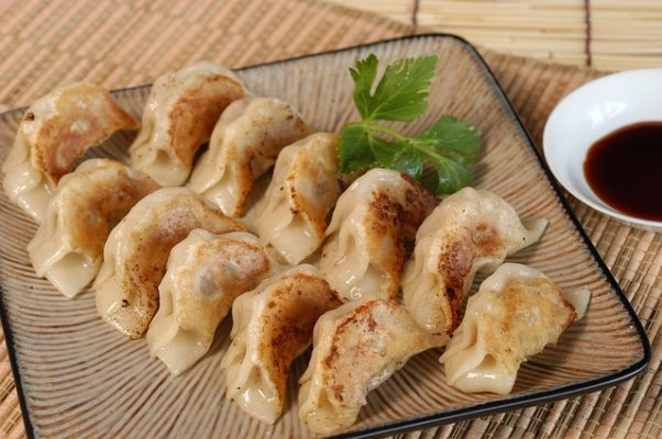 12 fried dumplings on a square plate. (Photo: Ben Ko/Pixabay)
