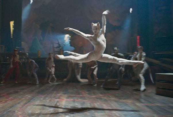 Bombalurina (Taylor Swift) dances in front of other cats. (Photo: Universal Studios)