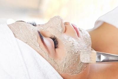 woman with an oatmeal face mask on. (Photo: Shutterstock)
