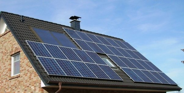 A solar panel array on the roof of a house. (Photo: skeeze/Pixabay)