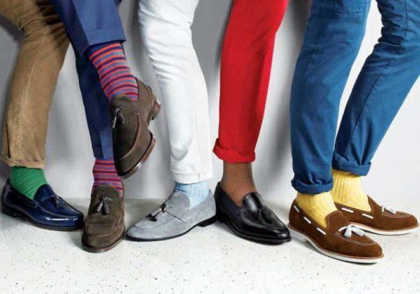 Five men's feet wearing different kinds of shoes and socks. (Photo: Erkek Renkli)
