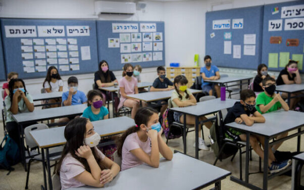 Israeli students and teachers wear protective face masks as they retun to school, at Hashalom School in Mevaseret Zion, near Jerusalem on May 17, 2020. (Photo: Yonatan Sindel/Flash90)