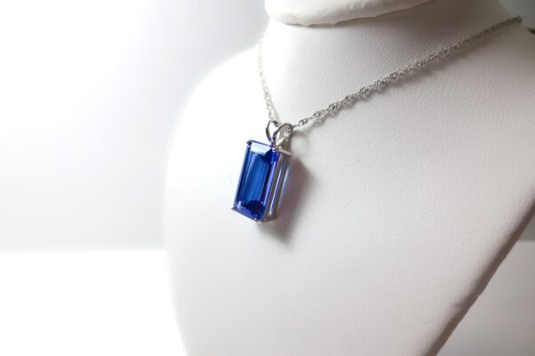 A tanzanite necklace on a dummy. (Photo: Sara K. Graves/Pixabay)