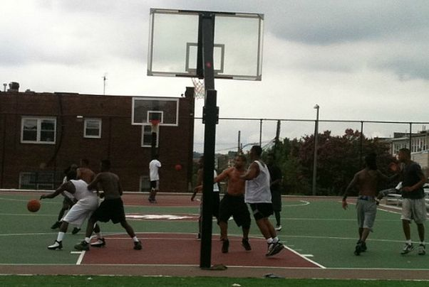Basketball players at the Park View Recreation Center outdoor courts. (Photo: Dena Levitz)